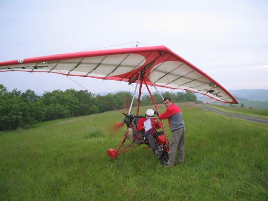 Deltasegler, zweisitzig mit Propellermotor